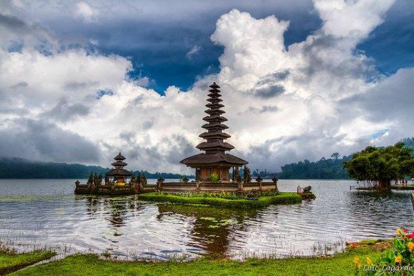 Bedugul_lake_Bali_temple